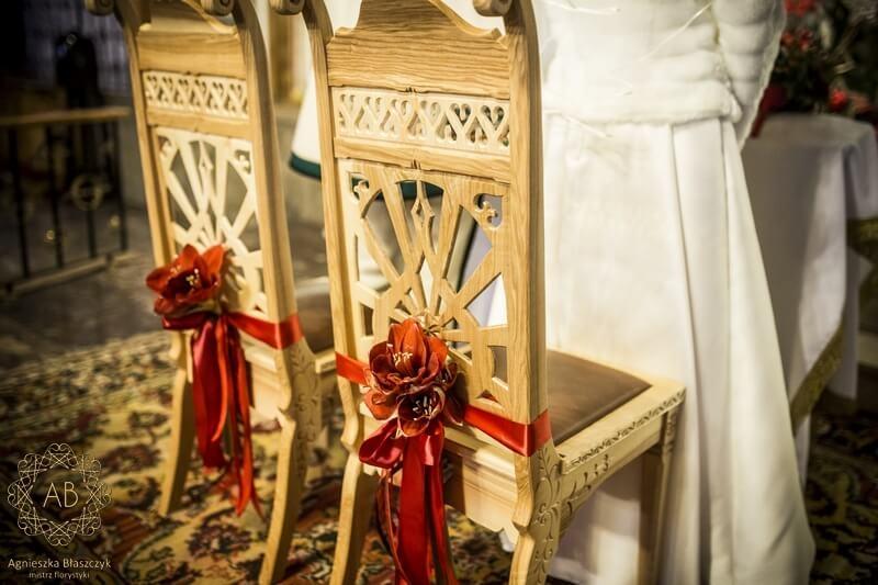 Dekoracja kościoła na ślub kwiaty na krzesłach państwa młodych czerwone hipeastrum Agnieszka Błaszczyk abkwiaty Kraków