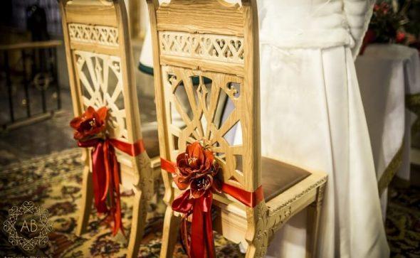 Dekoracja ślubna kościoła czerwone hipeastrum przy ławkach i krzesłach pary młodej Agnieszka Błaszczyk abkwiaty Kraków