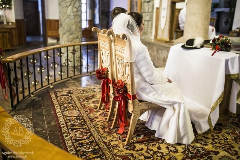 Dekoracja kwiatami krzeseł pary młodej czerwone hipeastrum Agnieszka Błaszczyk abkwiaty Kraków
