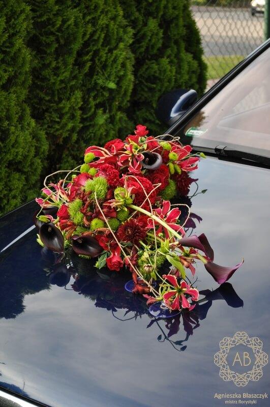 Dekoracja samochodu na ślub Kraków podłużna kompozycja z zielonych i czerwonych kwiatów Agnieszka Błaszczyk abkwiaty