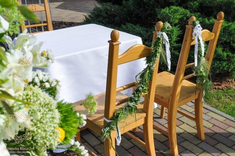 Dekoracja plenerowa dekoracja krzeseł pary młodej girlandami Agnieszka Błaszczyk abkwiaty kraków