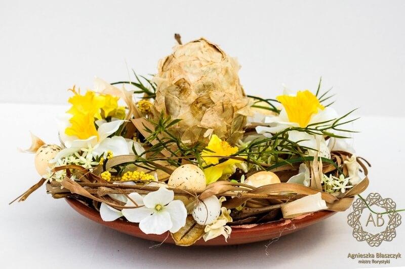 dekoracje-wiekanocne-krakow-niska-kompozycja-wielkanocna-ze-sztucznych-kwiatów-żółta- agnieszka-błaszczyk-abkwiaty