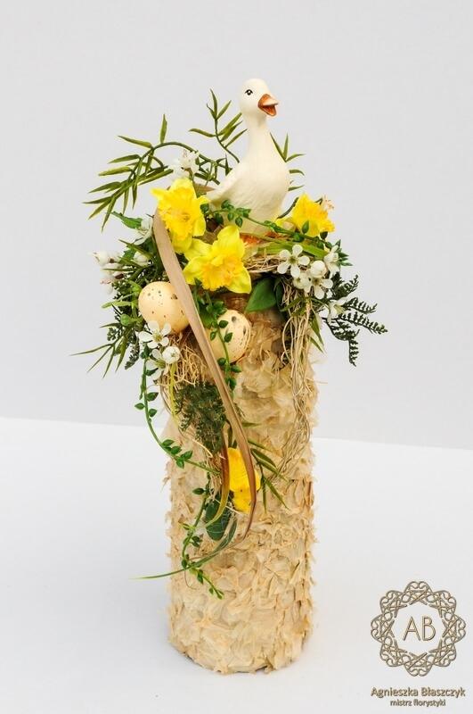dekoracje-wiekanocne-krakow-kompozycja-wielkanocna-ze-sztucznych-kwiatów-z-ceramiczną-gąską-żółta- agnieszka-błaszczyk-abkwiaty
