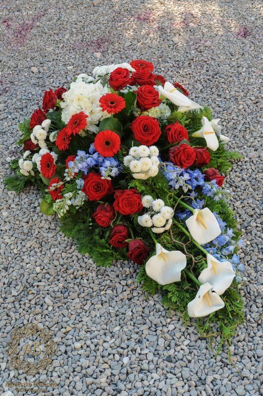 wiązanka pogrzebowa z róż gerber ostróżek kalii chryzantem Agnieszka Błaszczyk abkwiaty Kraków