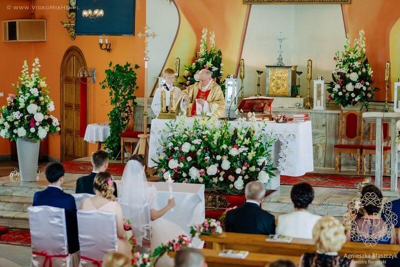 kraków-dekoracja-kwiatowa-slubna-dekoracja-kosciola-kompozycja-przed-oltarz-czerwony-rozowy-bialy-agnieszka-blaszczyk