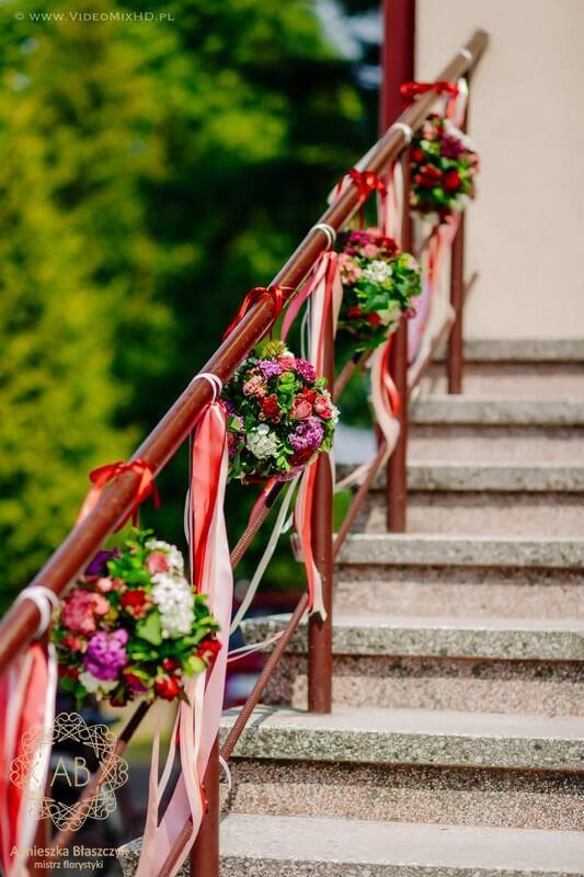 kraków-dekoracja-kwiatowa-slubna-wiszace-kule-kwiatow-na-poreczy-przed-kosciolem-czerwony-rozowy-bialy-agnieszka-blaszczyk