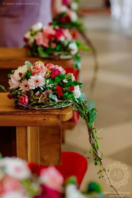 kraków-dekoracja-kwiatowa-slubna-dekoracja-lawek-w-kosciele-czerwony-rozowy-bialy-agnieszka-blaszczyk