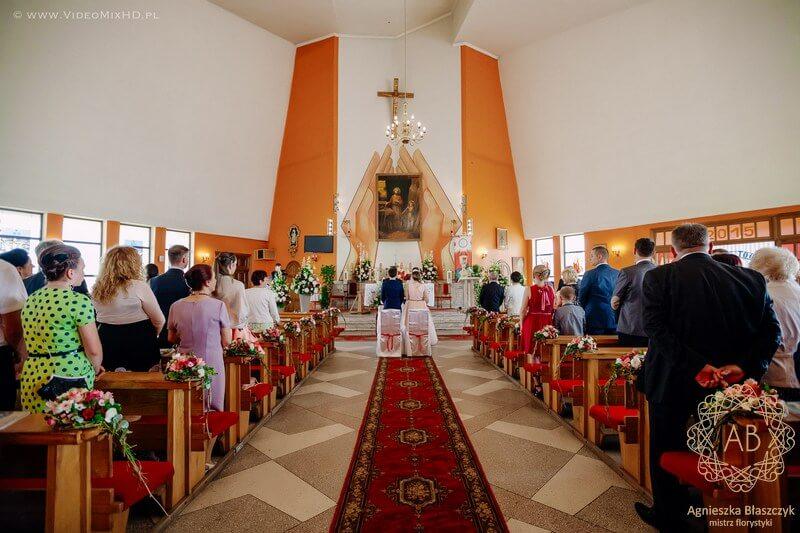 kraków-dekoracja-kwiatowa-slubna-dekoracja-kosciola-kompozycja-przed-oltarz-kompozycje-przy-tabernakulum-dekoracje-lawek-czerwony-rozowy-bialy-agnieszka-blaszczyk