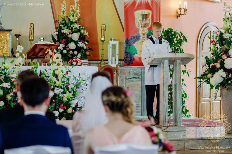 kraków-dekoracja-kwiatowa-slubna-dekoracja-kosciola-kompozycja-przed-oltarz-kompozycje-przy-tabernakulum-czerwony-rozowy-bialy-agnieszka-blaszczyk