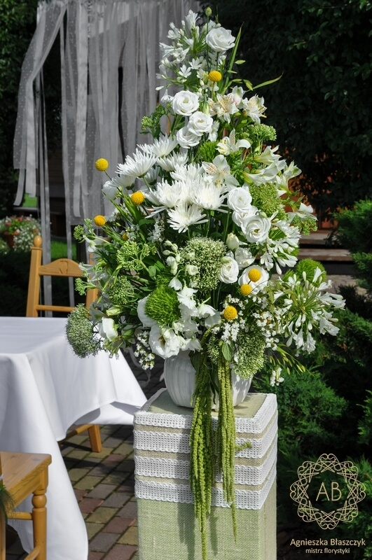 Dekoracja ślubna w plenerze biało-zielone kompozycje na podestach Agnieszka Błaszczyk abkwiaty Kraków