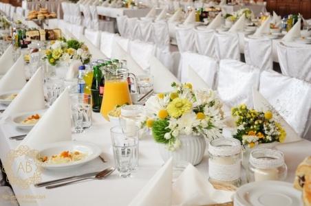 Dekoracja sali stodoły niskie kompozycje z białych i zielonych kwiatów Agnieszka Błaszczyk abkwiaty kraków