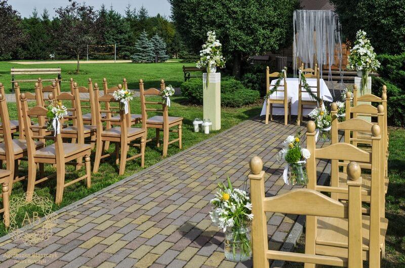 Dekoracja plenerowa wiszące wstążki słoiczki z kwiatami przy krzesłach kompozycje kwiatowe Agnieszka Błaszczyk abkwiaty kraków
