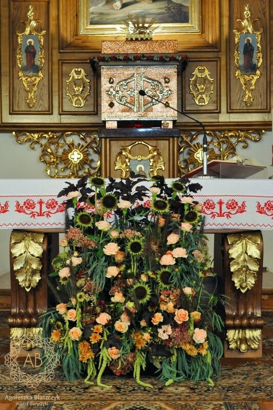 Dekoracja kościoła na ślub Kraków jesienne kompozycje przed ołtarz Agnieszka Błaszczyk abkwiaty