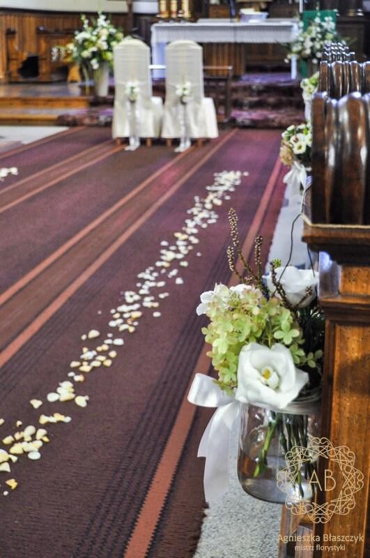 Dekoracja kościoła na ślub Kraków rustykalne kompozycje kwiaty w słoiczkach Agnieszka Błaszczyk abkwiaty