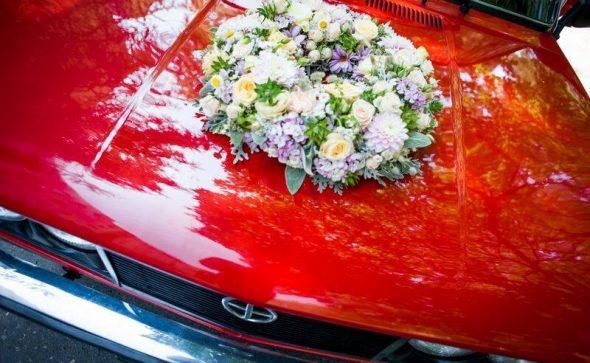 Dekoracja samochodu wianek z kwiatów na maskę
