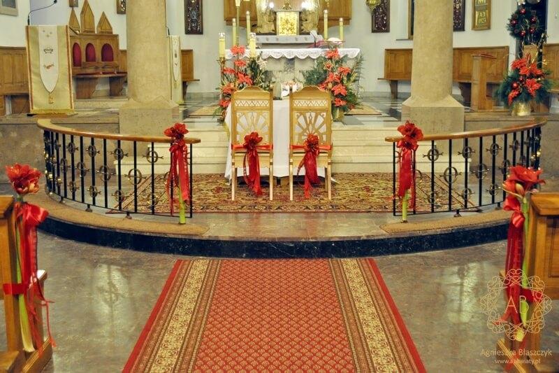 Dekoracja kościoła na ślub czerwone pojedyncze kwiaty hipeastrum Agnieszka Błaszczyk abkwiaty Kraków