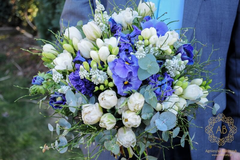 Bukiet kwiatów na chrzciny chłopca Kraków biało-niebieski bratki hiacynty zawilce anemony szafirki tulipany frezje Agnieszka Błaszczyk abkwiaty