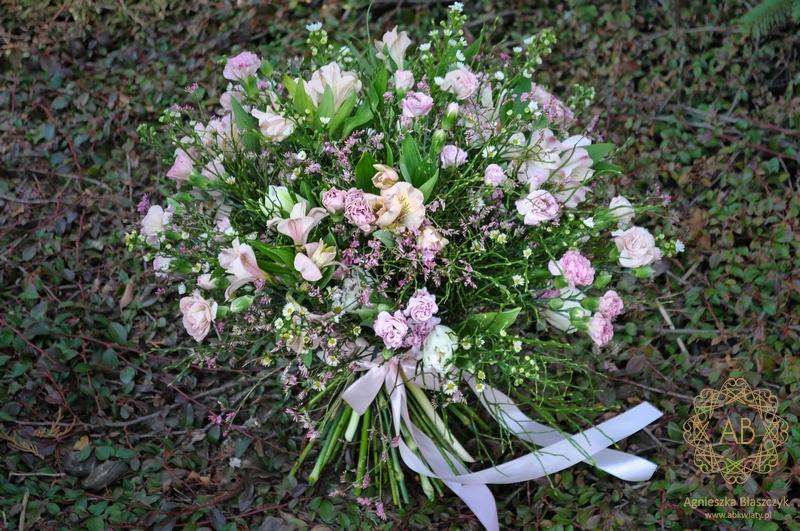 Bukiet kwiatów Kraków różowy delikatny goździk gałązkowy alstremeria asterek tulipan Agnieszka Błaszczyk abkwiaty