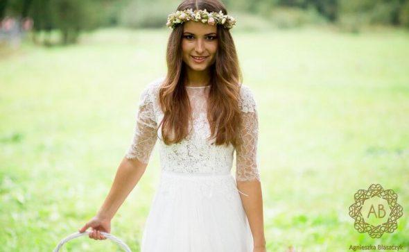 Wianek na głowę z kwiatów żywych na sesję ślubną delikatny z białych i różowych kwiatów Agnieszka Błaszczyk abkwiaty Kraków