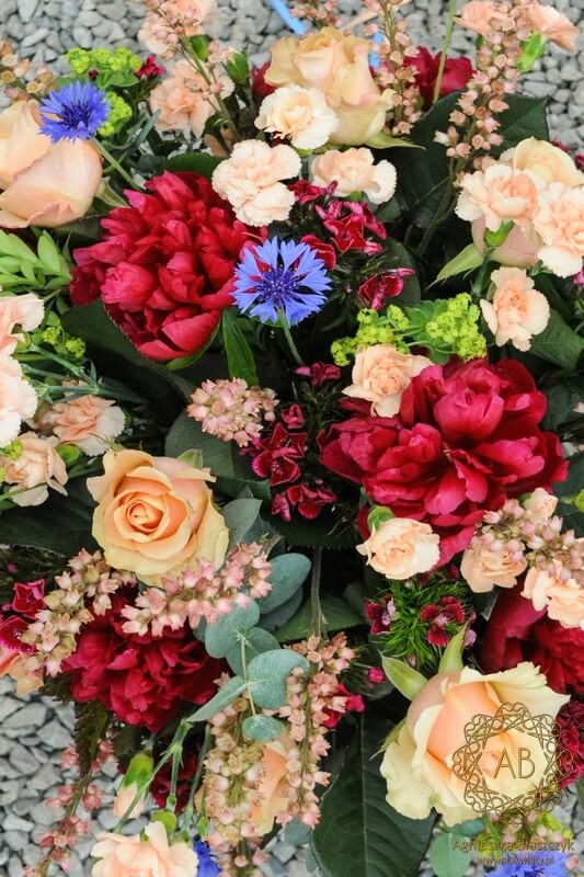 bukiet kwiatów Kraków bordowy brzoskwiniowy z piwoniami różami goździkami żurawkami chabrami Agnieszka Błaszczyk abkwiaty