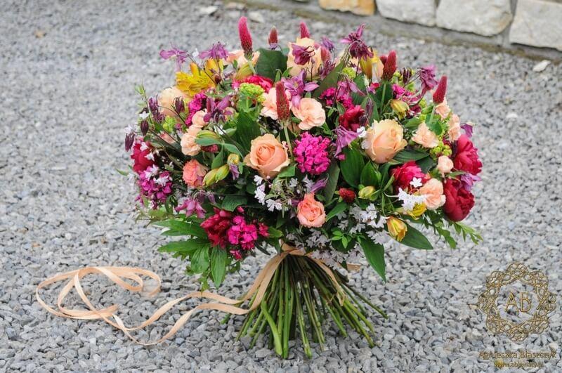 Bukiet kwiatów na Dzień Matki dostawa kwiatów Kraków orliki piwonie goździki alstremerie róże koniczyna różowy brzoskwiniowy Agnieszka Błaszczyk abkwiaty