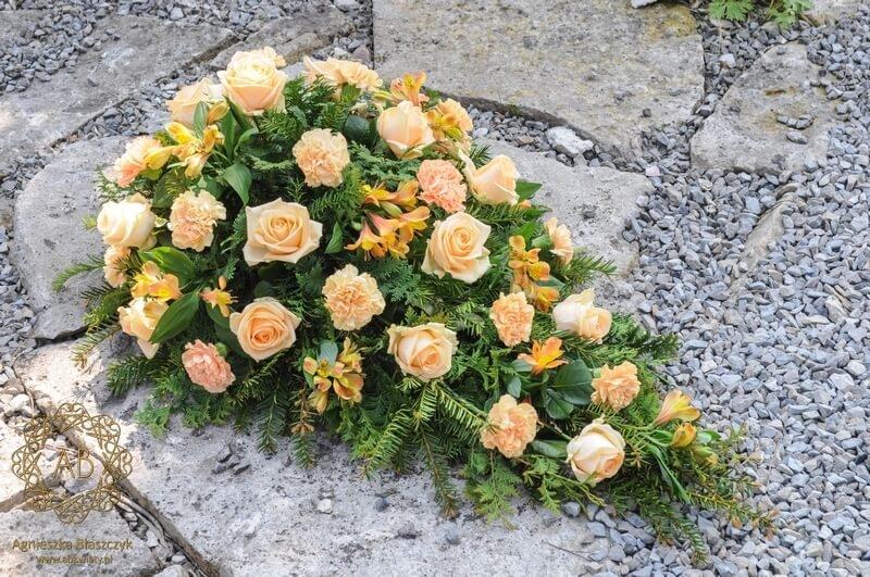 Kwiaty na pogrzeb wiązanka pogrzebowa Kraków pomarańczowa łososiowa róża goździk alstremeria Agnieszka Błaszczyk abkwiaty