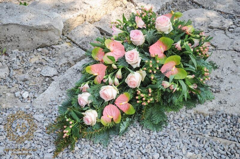 Kwiaty na pogrzeb wiązanka pogrzebowa Kraków różowa róża anturium dziurawiec alstremeria Agnieszka Błaszczyk abkwiaty