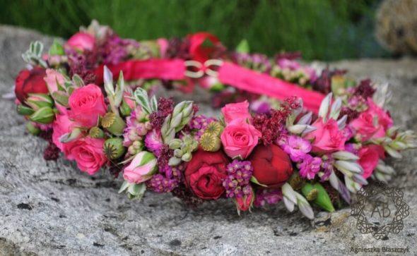 Wianek z żywych kwiatów dla panny młodej na sesję ślubną różowy czerwony z drobnych kwiatów Agnieszka Błaszczyk abkwiaty Kraków