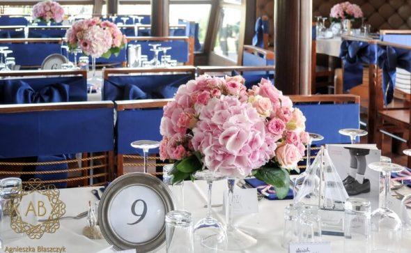 Dekoracja barki Aquarius na wesele Kraków różowe kompozycje kwiatowe granatowe marynarskie dodatki Agnieszka Błaszczyk abkwiaty