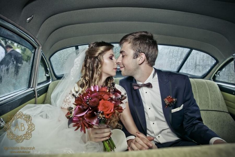 Bordowy bukiet ślubny z czarnymi elementami