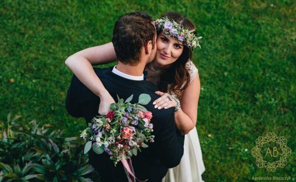 Bukiet ślubny i wianek na sesję naturalny swobodny różowy niebieski zawilce anemony tulipany drobne kwiaty eukaliptus liście Agnieszka Błaszczyk abkwiaty Kraków
