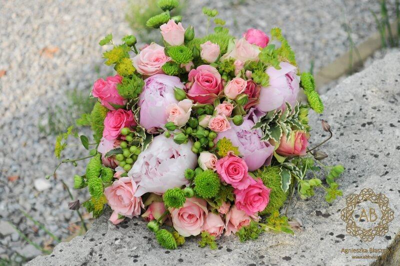 Bukiet ślubny różowe piwonie i róże zielone goździki chryzantemy owocki Agnieszka Błaszczyk abkwiaty Kraków