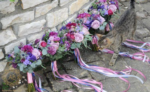 Bukiety dla druhen z fioletowych i niebieskich kwiatów ze wstążeczkami mikołajek dalia róża zatrwian eukaliptus Agnieszka Błaszczyk abkwiaty