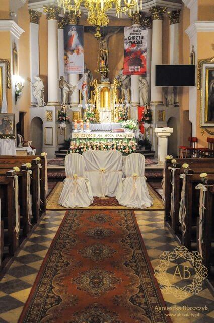 Dekoracja kościoła na ślub prosta elegancka kompozycja kwiatowa dekoracja krzeseł i ławek goździki róże gerbery Agnieszka Błaszczyk abkwiaty Kraków