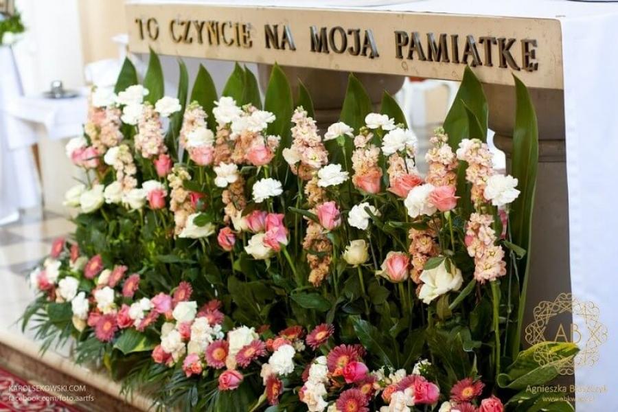 Dekoracja kwiatowa na ślub przed ołtarz prosta elegancka Agnieszka Błaszczyk abkwiaty Kraków
