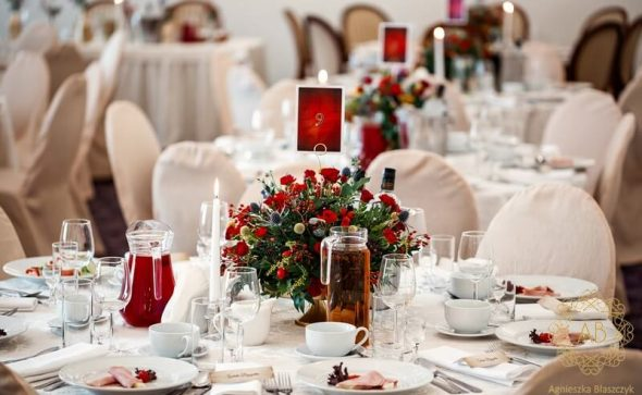 Dekoracja sali na wesele Paszkówka czerwone żółte niebieskie kwiaty kompozycje na złotych paterach rustykalnie Agnieszka Błaszczyk abkwiaty Kraków