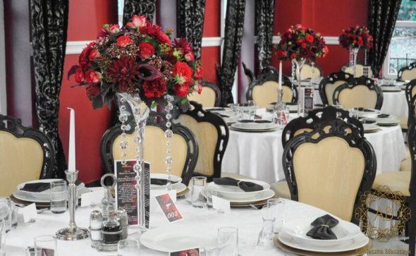 Dekoracja sali weselnej Dworek Kasztanowy Cieszyn czerwone bordowe wysokie kompozycje na stoły gości Agnieszka Błaszczyk abkwiaty Kraków