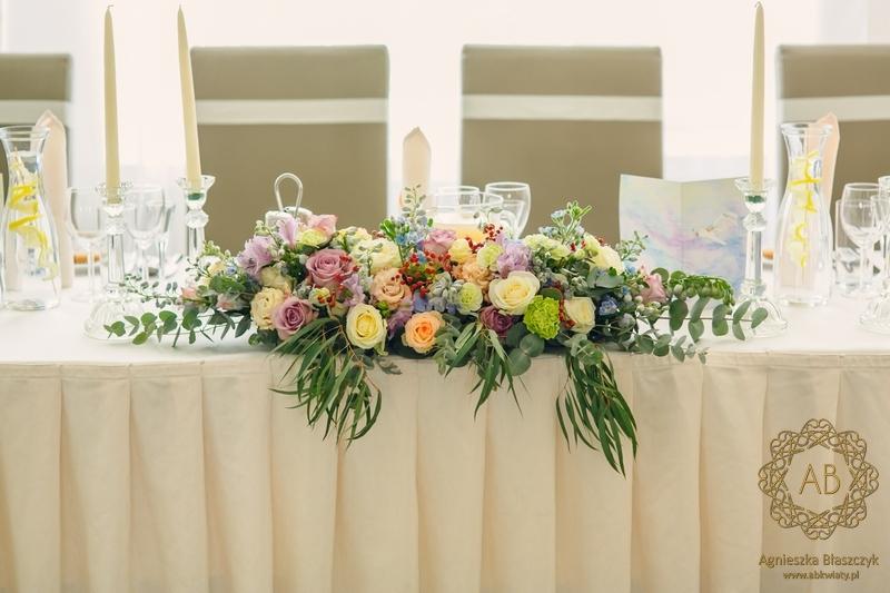 Dekoracja sali na wesele u Ziyada Kraków kompozycja kwiatowa na stół pary młodej pastelowe kwiaty Agnieszka Błaszczyk abkwiaty