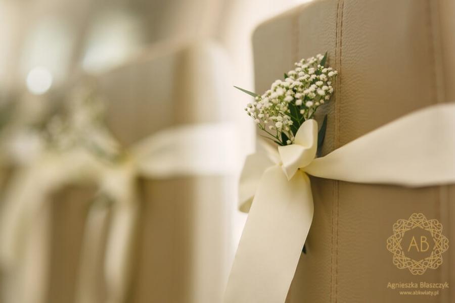 Dekoracja sali weselnej dekoracja krzeseł wstążką i roślinami u Ziyada Kraków Agnieszka Błaszczyk abkwiaty