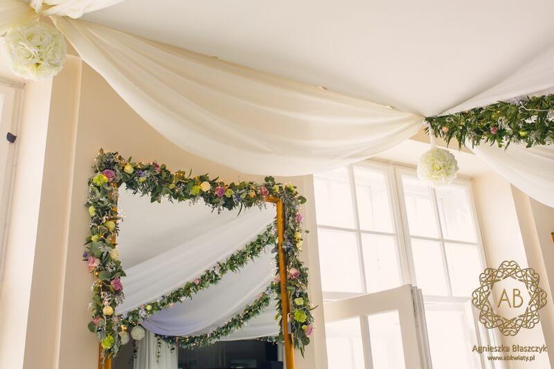 Zielone girlandy z kwiatami wiszące pod sufitem i przy lustrach wraz z lampkami dekoracja sali u Ziyada Kraków Agnieszka Błaszczyk abkwiaty