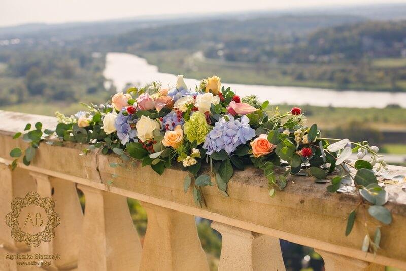 Dekoracja tarasu u Ziyada kompozycje kwiatowe na barierkach pastelowe kwiaty Agnieszka Błaszczyk abkwiaty