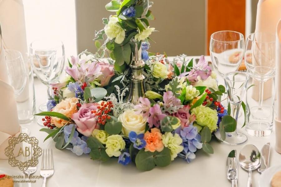 Dekoracja stołów kandelabry z kwiatami wianki i girlandy pastelowe błękitne limonkowe kremowe lila kwiaty Agnieszka Błaszczyk abkwiaty Kraków