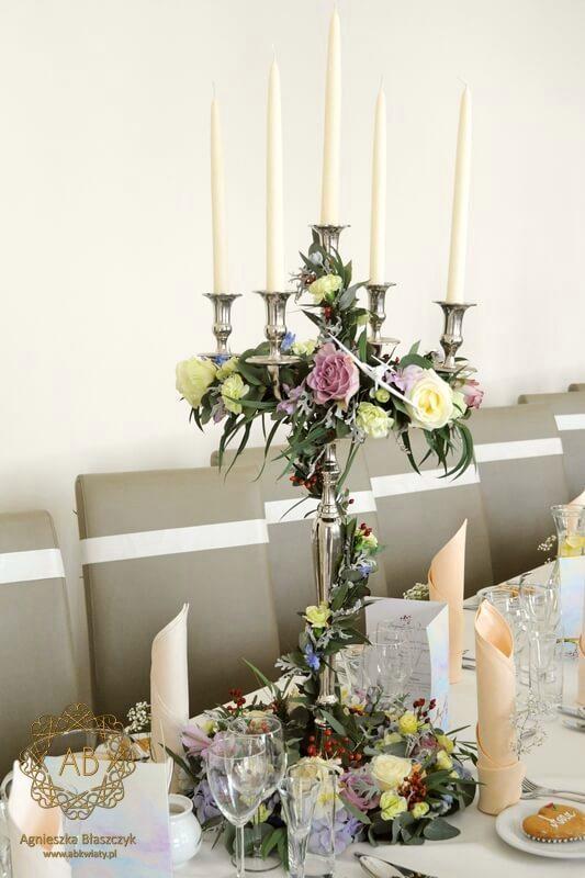 Pastelowe kwiaty na sali weselnej u Ziyada Kraków kandelabry ze świecami wianki kwiatowe Agnieszka Błaszczyk abkwiaty