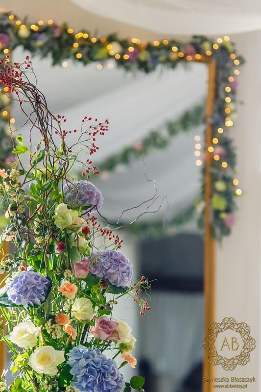 Dekoracja sali na wesele u Ziyada Kraków pastelowe błękitne kremowe limonkowe łososiowe kwiaty girlandy ze światełkami Agnieszka Błaszczyk abkwiaty