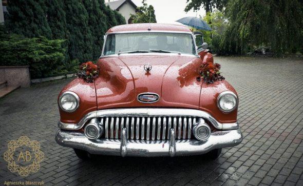 Dekoracja retro samochodu na ślub czerwona kompozycja kwiatowa róże cantedeskie dalie Agnieszka Błaszczyk abkwiaty Kraków