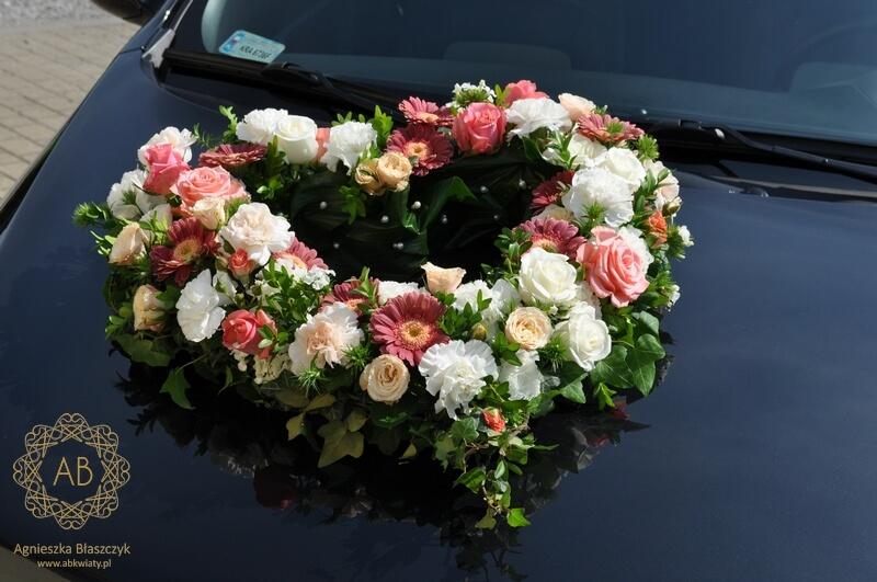 Dekoracja kwiatowa samochodu na ślub Kraków serce z róż goździków gerber kwiaty na masce Agnieszka Błaszczyk abkwiaty
