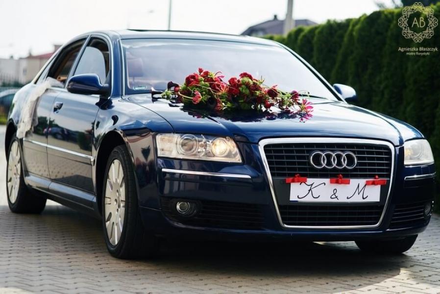 Dekoracja ślubna - dekoracja samochodu - asymetryczna kompozycja z czerwonych i zielonych kwiatów