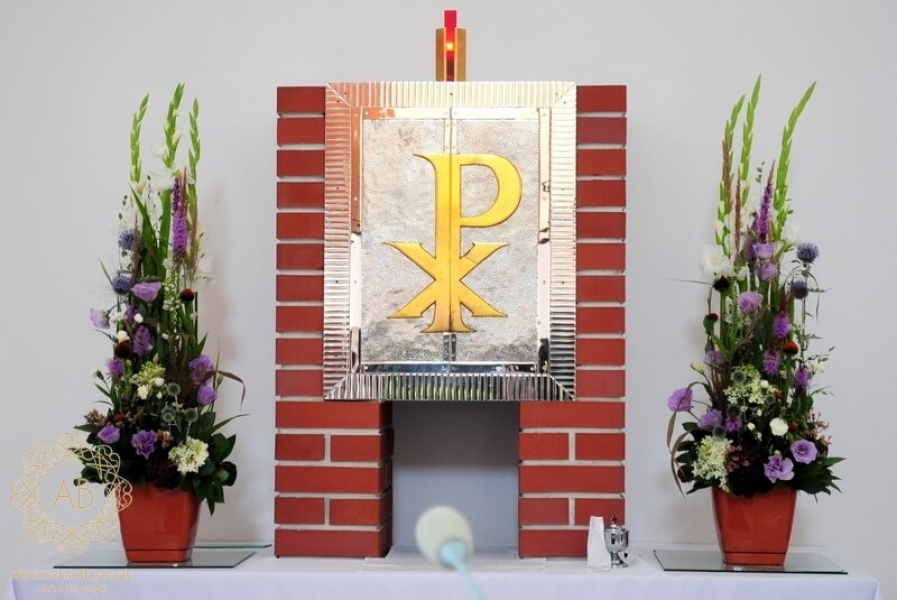 Dekoracja kościoła na ślub - kompozycje przy tabernakulum