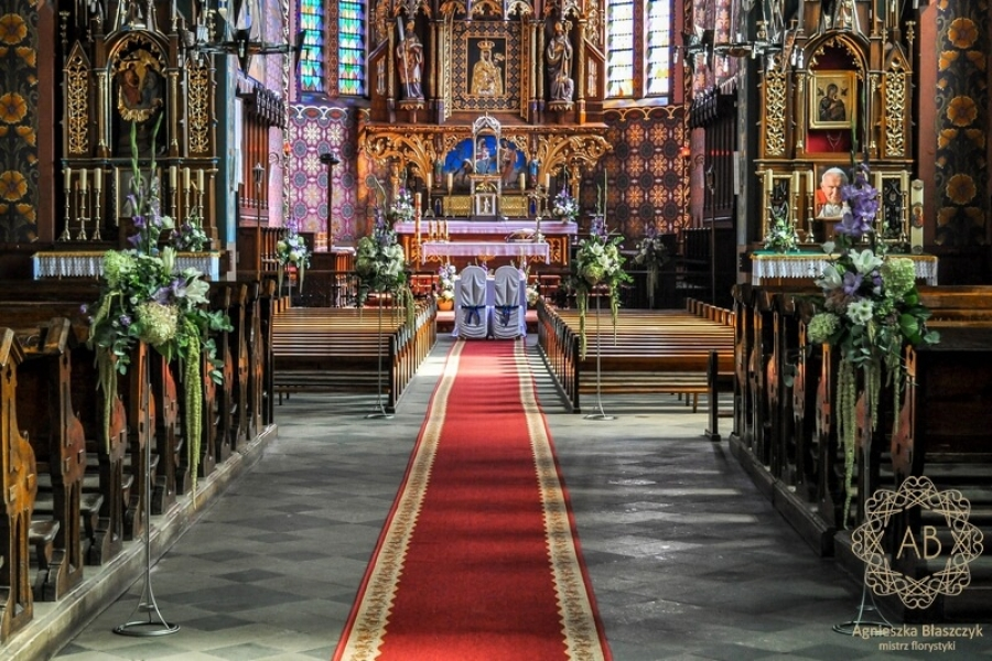 Dekoracja kościoła - wysokie kompozycje z białych, niebieskich i fioletowych kwiatów