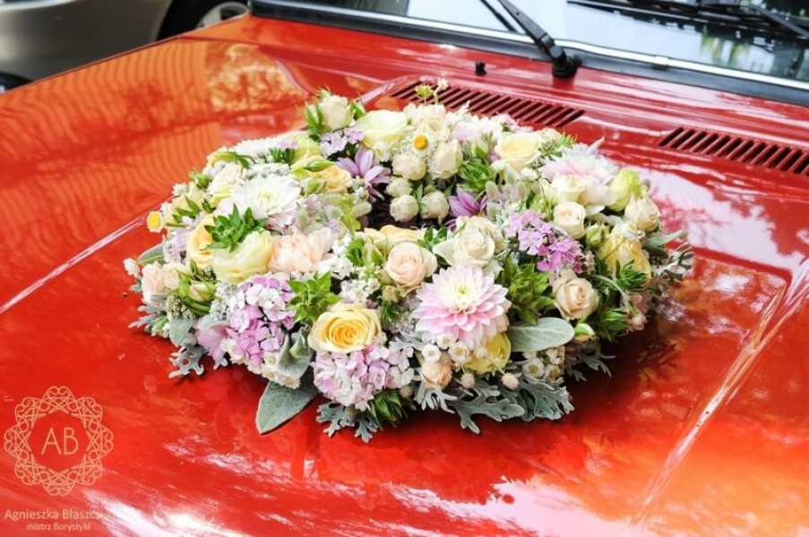 Dekoracja ślubna - dekoracja samochodu - pastelowy wianek z kwiatów na maskę samochodu